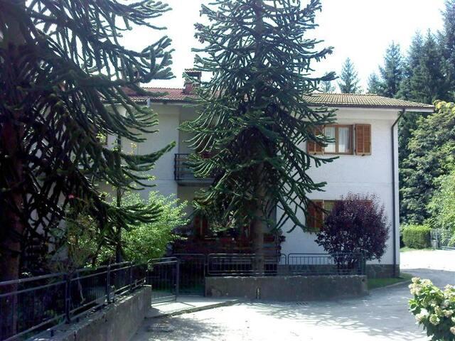 Entrée est de l'appartement par un escalier de 3 marches. Puis, l'appartement, situé au 1er étage, est accessible depuis un escalier de 15 marches.