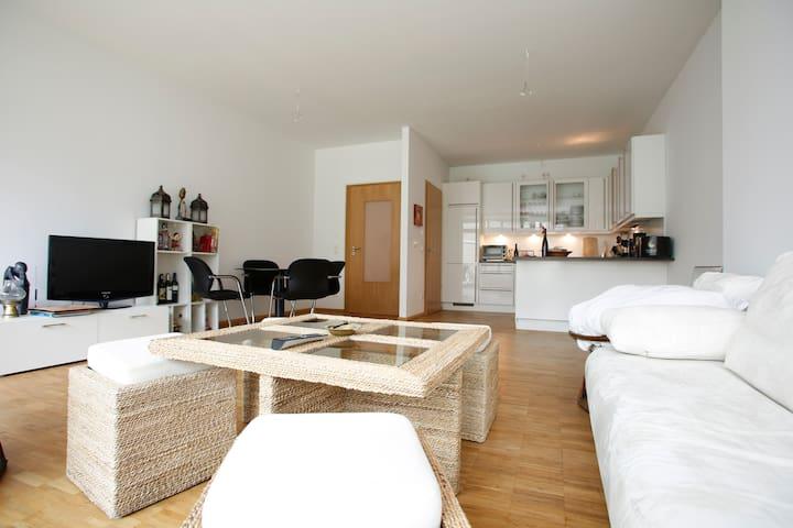 mitten in der hafencity wohnen wohnungen zur miete in hamburg hamburg deutschland. Black Bedroom Furniture Sets. Home Design Ideas