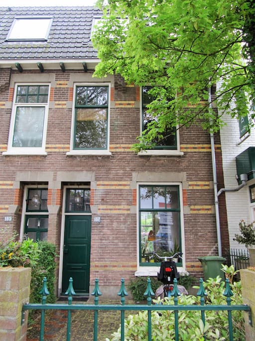 De voorkant van ons huis. - The frontside of our house.