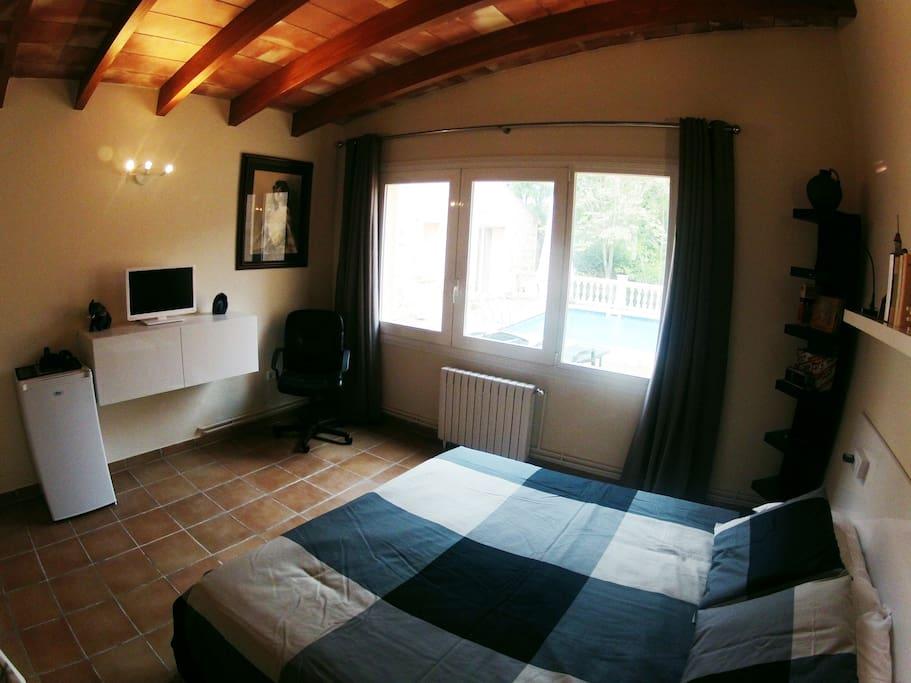 En las dos habitaciones hay TV, nevera, escritorio y sistema de aire acondicionado.