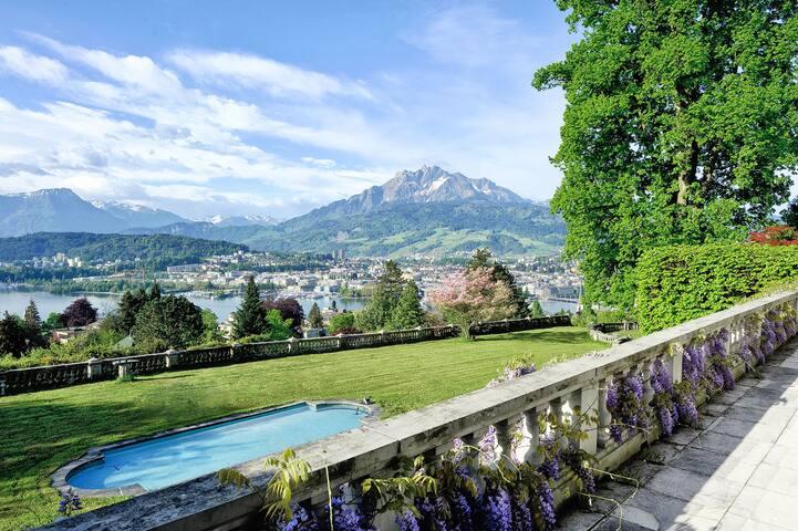 Sicht vom Balkon auf den Pilatus und Luzern