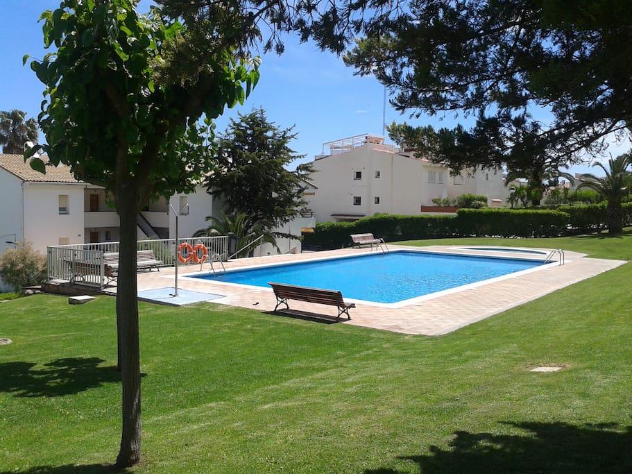 Jardin y piscinas