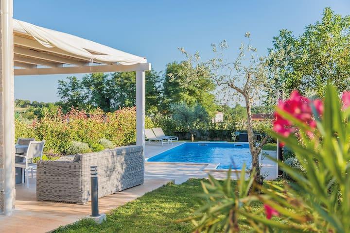 Villa ALMA with swimming pool, BBQ & bikes