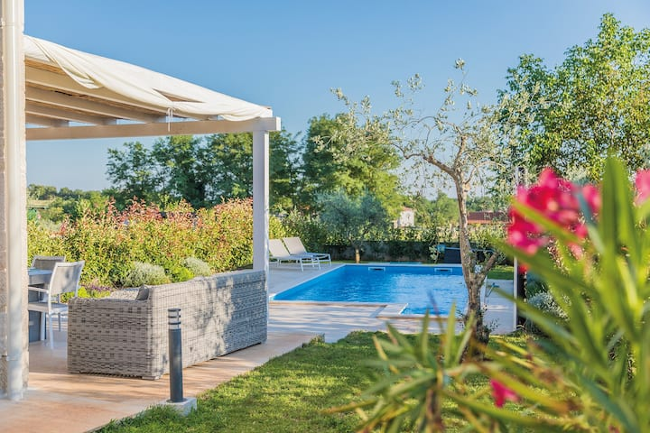 Villa ALMA with swimming pool, BBQ & bikes