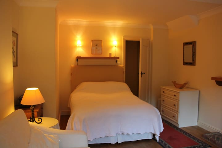 Bed sitting room with double bed