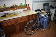 Bicicleta de adulto (há duas), velas/Adult bike (there's two) and candles for guest