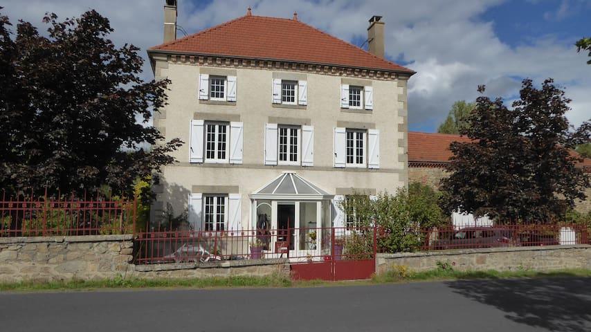 Chambre d hotes en Auvergne - Saint-Jean-des-Ollières - ที่พักพร้อมอาหารเช้า