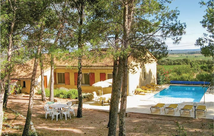 Stunning home in Cesseras with Outdoor swimming pool, Outdoor swimming pool and 4 Bedrooms
