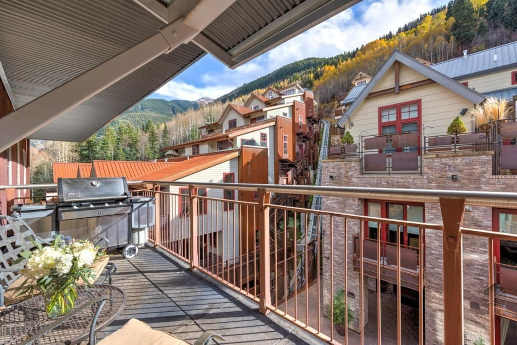 Grill steaks on the balcony or enjoy views of the mountain with a glass of wine.