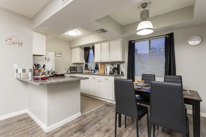 Parkway Villa Modern 1 BR Condo/ COM Pool/ Location Scottsdale