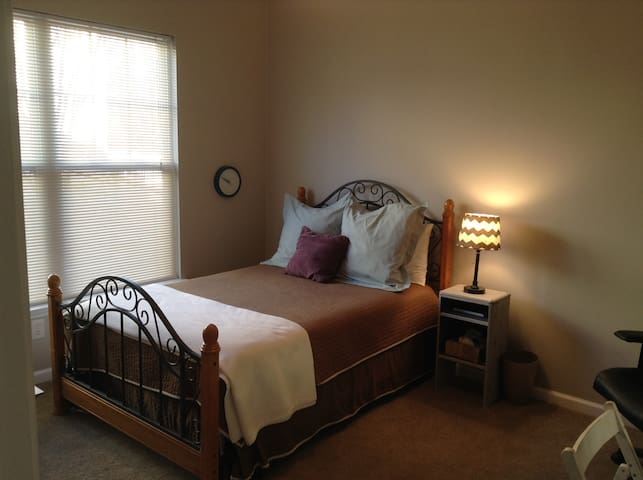 Comfy 1st floor bedroom and bath - Huntersville - Hus