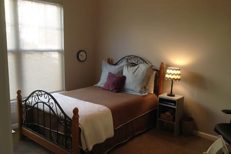 Comfy 1st floor bedroom and bath - Huntersville - Talo