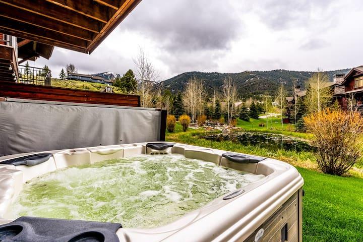 Budget-friendly condo w/ private hot tub & shared pool