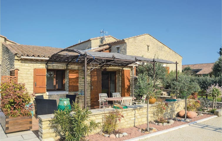 Nice home in Gordes with Jacuzzi and 2 Bedrooms