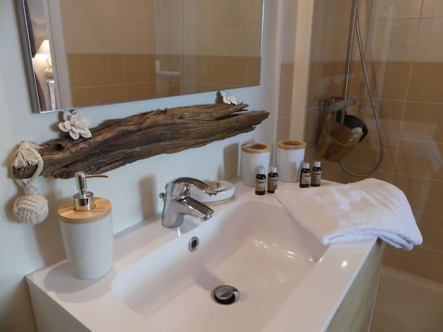 Détails de la salle d'eau de la Chambre Cabane