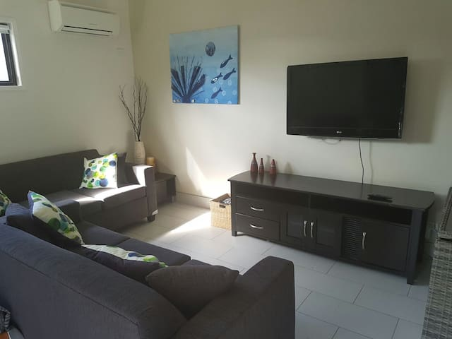 Independent living with aircon and everything. - Chermside - Гостевой дом