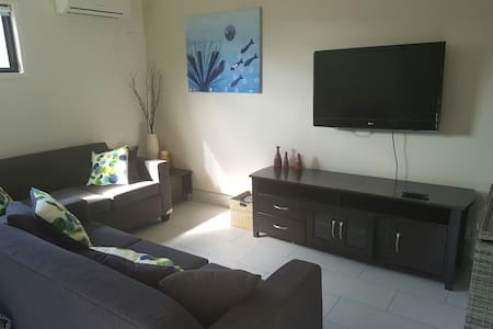 Independent living with aircon and everything. - Chermside - 宾馆