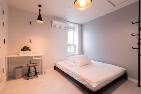 [Creatrip]位於新村的中心附近的干淨溫馨的二人房,非常適合情侶或朋友入住 - Seodaemun-gu