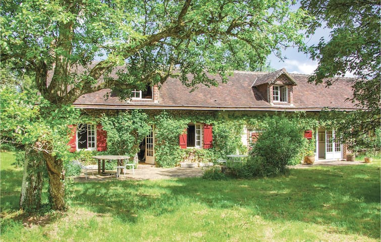 Holiday cottage with 4 bedrooms on 184m² in Beauchene