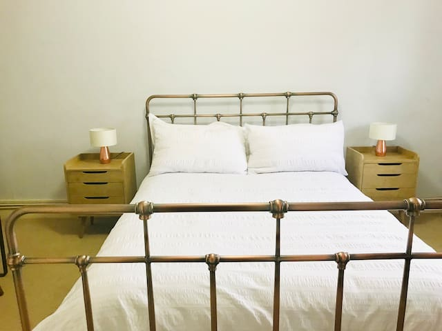 Spacious double room 1 min walk to transport links