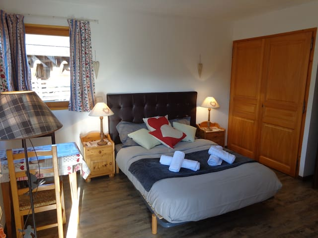 Chambre spacieuse à Megève dans le village - Megève - Gæstehus