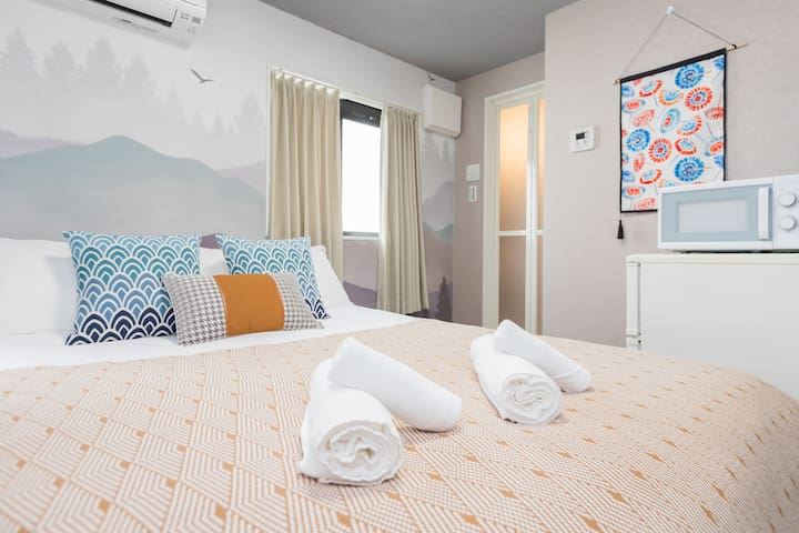 Queen room, sightseeing & shopping preferred