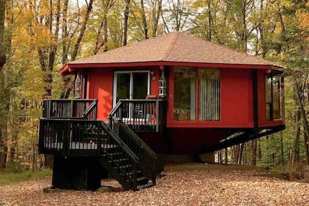 Octagonal Lake House SPACE PLACE- Leaf Peeping