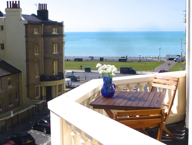 Bright Seaview Balcony 1 min beach - Hove - Lägenhet