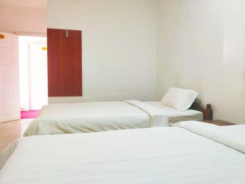 如家酒店,可步行到海边和码头(go to Koh Rong Island),楼下有美食,位于市中心