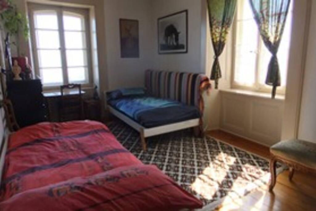 Chambre N° 1: 2 lits séparés, 2 fenêtres