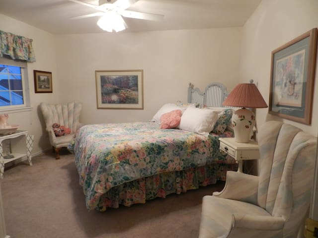 Two lovely bedrooms w private baths - Arvada - Casa
