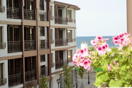 Spacious apt 70 m from the beach - Pomorie
