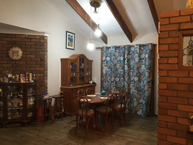 Homely country feel handy to Town Wifi 3 bed