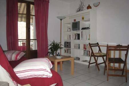 near the 4 tram- lines,  fully equipped studio for 1 or 2 with terrace TV-equipped kitchenette, internet linen provided.