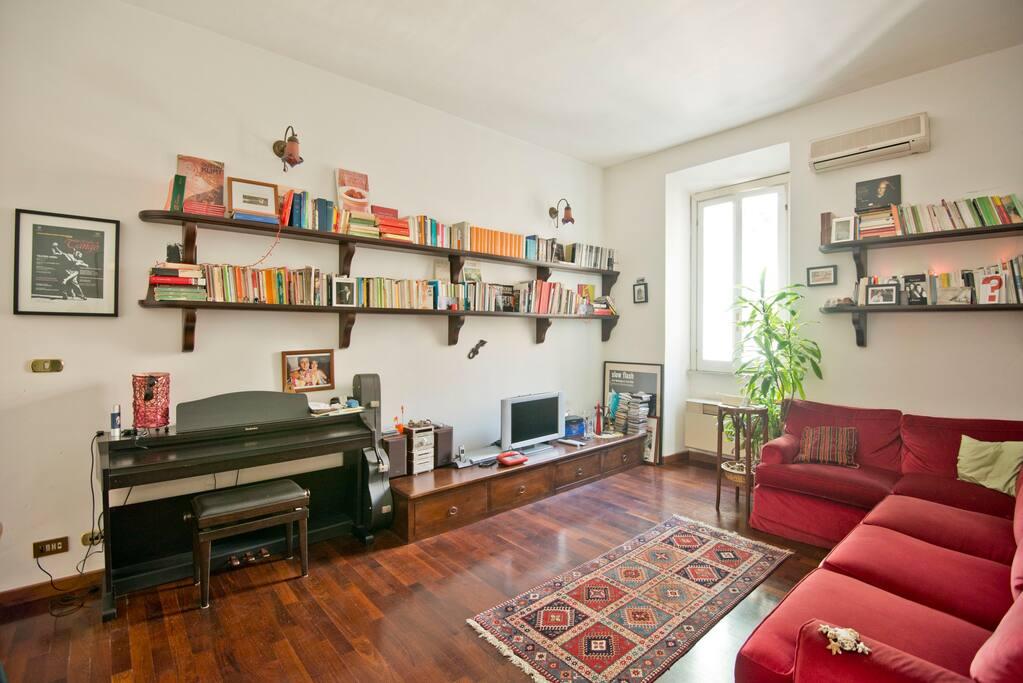 grande spazio in comune, con possibilità di vedere la televisione, rilassarsi e un tavolo dove studiare o mangiare con gli amici