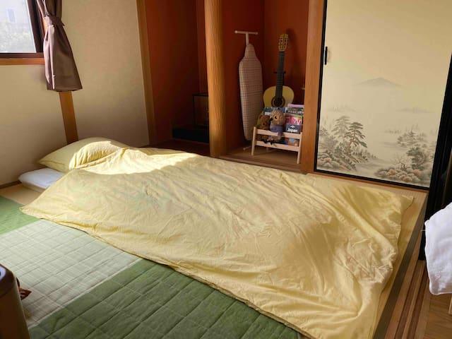 宿泊3人目からは和室に布団を敷いてください、簡単に敷けるようにセットしておきます。Please place a futon in the Japanese-style room for the 3rd guests.  I set it so that I can spread easily.