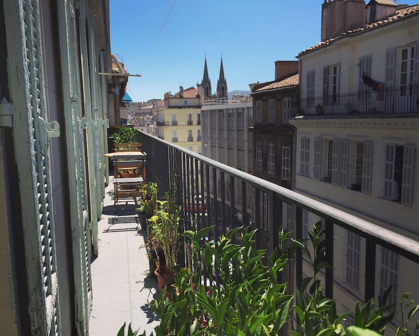 Appartement typique marseillais avec balcon apartments for Appartement design friche gare st charles vieux port