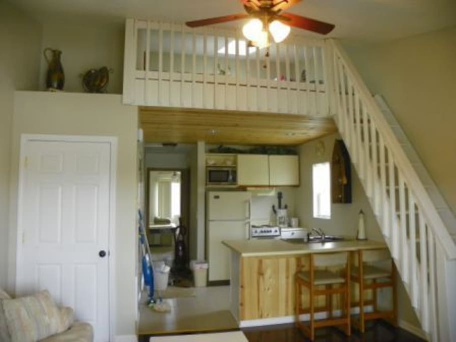 fully furnished kitchen, bright and clean