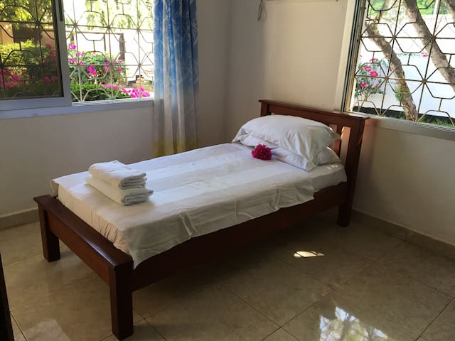 Free brownies with a room in a quiet neighbourhood - Dar Es salaam  - Casa