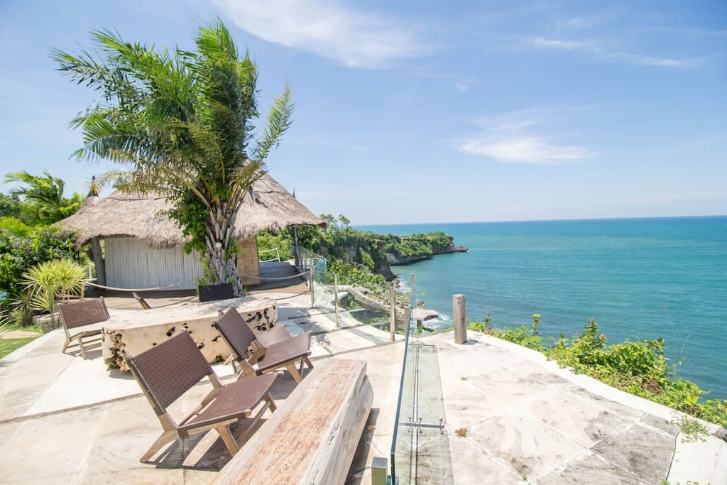 Breathtaking ocean view from outdoor dining space (common area)