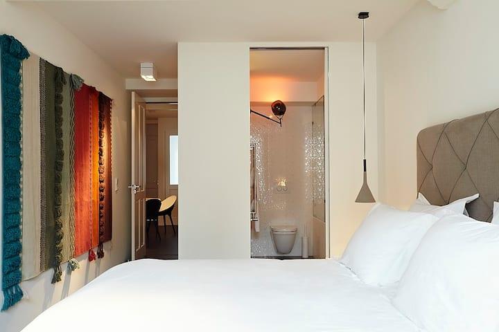 Moroso: with Bathroom and Balcony