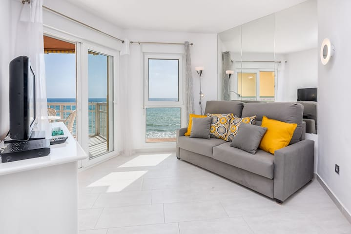 COSY, 1ST LINE BEACH, BEST LOCATION, BEAUTIFUL FRONTAL SEA VIEWS.