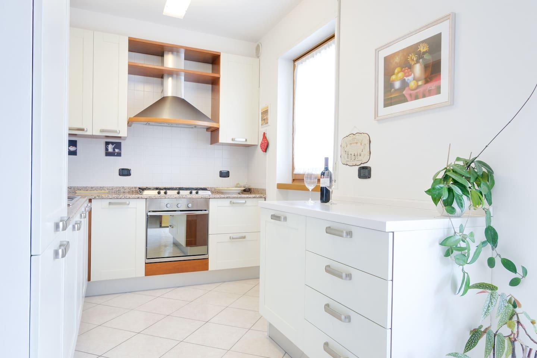 Cucina completa di forno, lavastoviglie, frigo e freezer