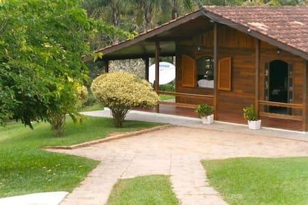 Chácara incrível a 50 minutos da Cidade de SP. - Nova Pinhal - 小木屋