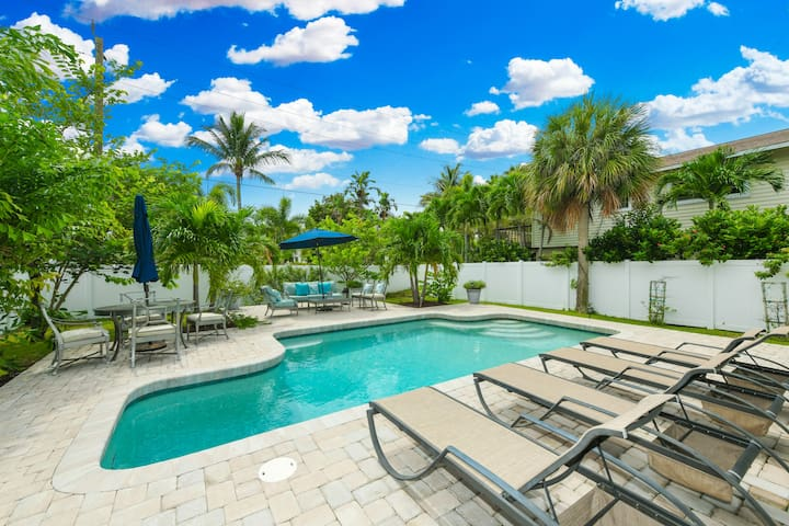 Luxury Home! Huge Sunny Pool, Walk to Beach & Pine