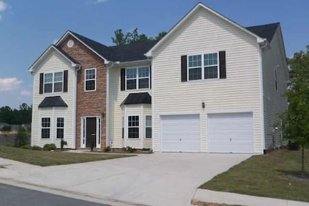 Spacious Home! - Douglasville