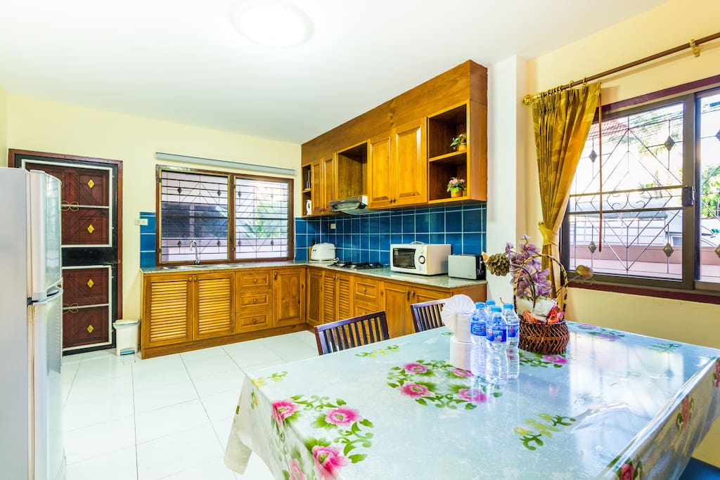 Fully equipped kitchen & dining area