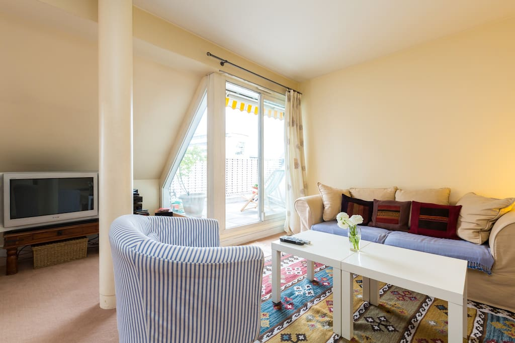 80 m2 Apartment Bright living room with 2 small terraces - Grand salon lumineux, donnant sur deux petites terrases