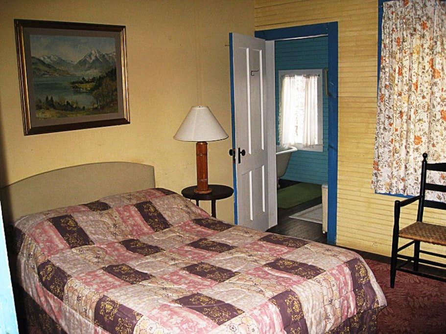 Double bedroom shares en-suite bathroom with single bedroom.