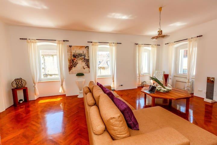 Luxury Living Penthouse at Piazza dei Signori